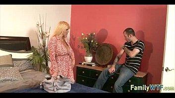 Порно с стройной мамой и сына