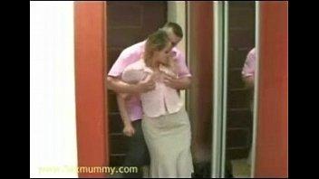 Папа бьет реинем свою дочь по голоц попе за двойку