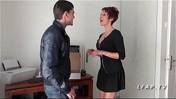 Maman francaise cougar aux gros seins sodomisee par un jeune technicien