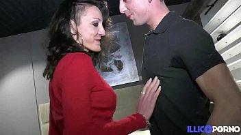 Lyna mature gourmande bais&eacute_e devant son ancien patron