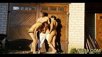 Секс русских подростков втроём на открытом воздухе