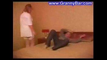 Пожилая мамочка раздевается для сыночка