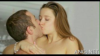 Она засунула язык глубоко ей в попку