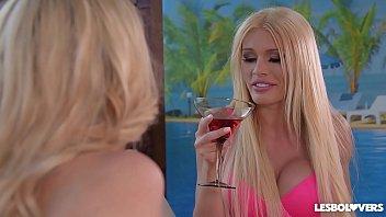 Lesbo lovers Kitana Lure & Roxi Keogh & Amber Jayne eat their wet pussies