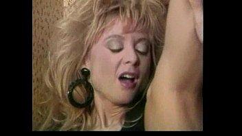 Buceta de sala em pó batendo por duas lésbicas de salto alto