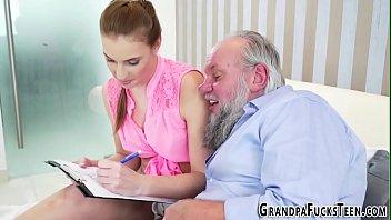 Отец начал ласкать дочь куни