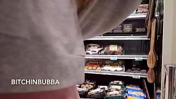 Esposa exibicionista mostrando os peitos no mercado