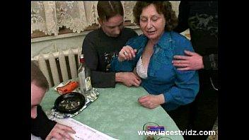 Русскую грудастую мамочку трахают трое парней