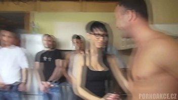 Bellissima giovane donna bagnata nel latte e scopata con 10 di fila