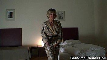 Видео про мама застукала как сын дрочил