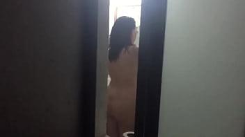 Culazo de señora desnuda y nalgona saliendo de la ducha parte 2