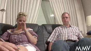 Die Nanny hilft dem Martin rauf, da geh&acute_n bei Angelica die Schenkel auf