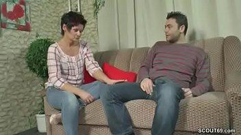 Сын долго уламывал сексуальную маму на секс пока нет отца