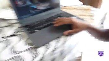 Novinho assistindo pornô e gozando na punheta ( completo no RED )