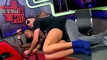 Lésbicas e suas poses para fazer sexo, ela está tateando ao vivo