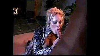 Блондиночка сует себе вибратор в попу