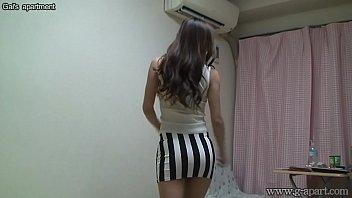 Mirando a la chica japonesa desnuda Madoka en su habitación