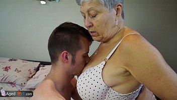 Babica fuka s trdim mladim tičem