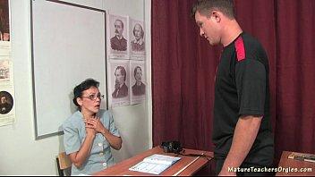Как пожилая училка отсасывает член ученику