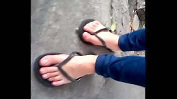 Lindos pies en sandalias negras