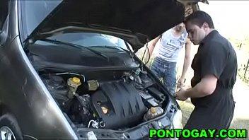 Mecânico fodendo o cliente passivo sem camisinha