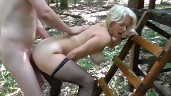В лесу трахнул зрелой тете
