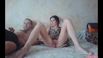 Jeune couple s'envoie en l'air devant la cam - baise-femme.com