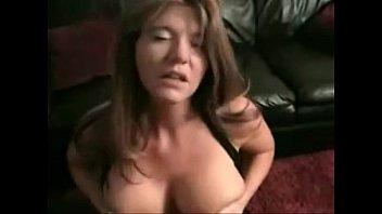 Жена сосет на диване