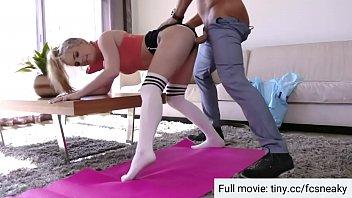 7169 Il patrigno aiuta a esercitare inserendo il cazzo nella figa delle ragazze preview