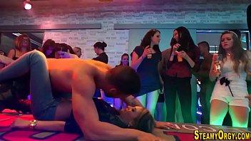 Show Porno Intr Un Club Fetele Sar Pe Stripari Musculosi Sa Le Futa