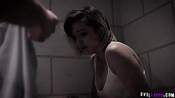 Duas estrangeiras reféns Eliza Jane e Ryan Driller querem liberdade e são enganadas pelos sequestradores.
