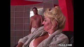 Смотреть порно зрелая грудастая бабка раком