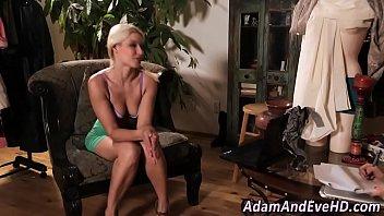 Оральный секс с молодой блондинкой в два члена