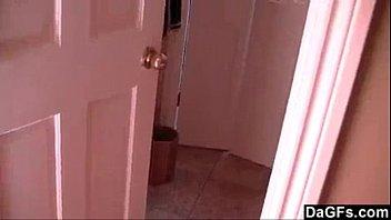 Pegando irmã se masturbando no banheiro