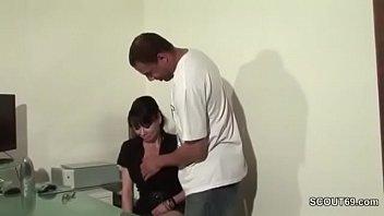 Sekretaerin wird von ihrem Chef mit dicken Schwanz gefickt