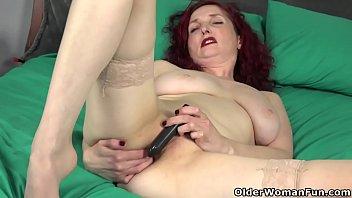 redhead-mom American milf Zinnia Blue'_s pussy needs attention