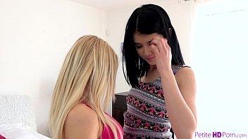 Зрелая блондинка хорошо работает ртом