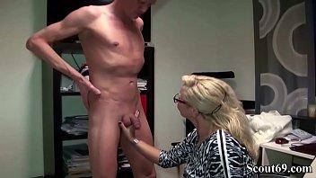 Bi Jenny hilft jungem Ficker beim Schwanz entleeren