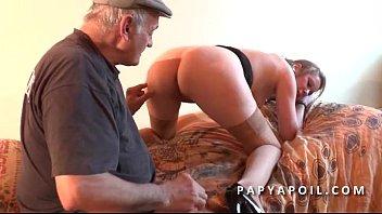 Papy baise une jeune pute avec un pote qui la sodomise profondement