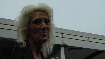 Самец отодрал блондинку в попку