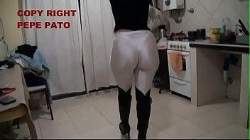 Señora en calzas blancas brillosas de lycra