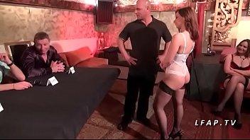 Jeune et jolie brunette sodomisee devant des pro pour son casting porno