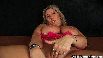 Chunky mature mom with big tits masturbates | Video Make Love