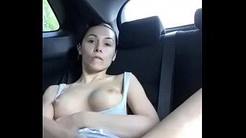 Amiga masturbandose en el auto