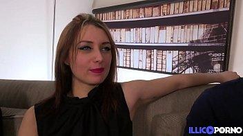 Angélique, une bibliothécaire sexy, baise avec deux mecs