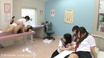 Dokter memeriksa dan berhubungan seks dengan siswa di sekolah