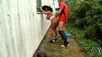 Sexy Susi flieht von zu Hause und zieht sich f&uuml_r den Horst dann hinterm Hause fuck horst-baron