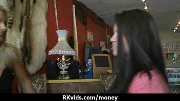Опытная ебучка обучает молодую деваху