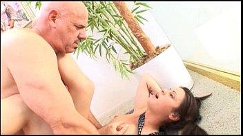 Menina da escola adolescente com tesão seduz e fode um grande pau duro