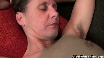 Мамочка с громадными сисями набросилась на друга сына